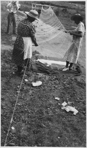 Women_make_fishing_nets_-_NARA_-_285726.tif