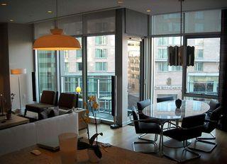 800px-22_West_-_interior_view_-_Ritz_Carlton_sign